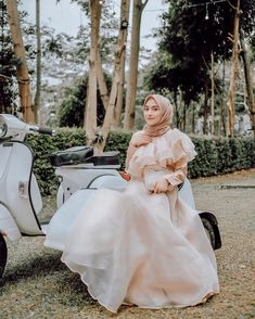 It turns out that many of my friends are curious about the clothes I wear time . Kebaya Modern Dress, Kebaya Dress, Hijab Gown, Hijab Dress Party, Islamic Fashion, Muslim Fashion, Evening Dresses, Prom Dresses, Casual Hijab Outfit