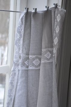 Window treatments: cafe style curtains made from vintage linen Decoracion Vintage Chic, Fru Fru, Curtains With Blinds, Short Curtains, Grey Curtains, Cafe Curtains, Window Dressings, Linens And Lace, Textiles