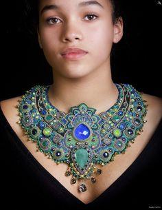 """Collier brodé pierres précieuses ,émeraude, saphir, perles de plaqué or, plastron en broderie, """"PEACOCK"""" commande spéciale : Collier par esther-willer"""