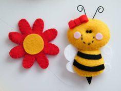 Kit com flor e abelhinha! Perfeito para a decoração de quartos, festas, chá de bebê...E onde mais a sua imaginação pedir!  As pecinhas são fabricadas em feltro com enchimento em fibra acrílica siliconada.   OBS:  * Tamanho da abelhinha: aprox. 7 cm * Valor corresponde a um kit com 1 (uma) abelhinha e 1 (uma) florzinha * As cores podem ser personalizadas! * As pecinhas podem ser colocadas em varetinhas para serem utizadas como toppers R$ 15,00