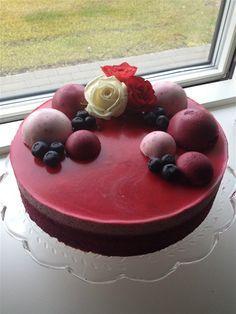 Solbær/hindbær kage    Tænd ovnen på 200 grader. Pisk æg og sukker til det bliver hvidt og skummende. Smelt smørret i mikroovnen og tilsæt mælk ...