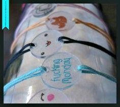 bracelets en plastique fou : belle idée toute simple a faire avec les petits pour la fete des mamans...