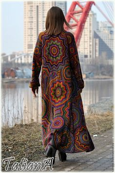 vibrant colors reguire stright lines Mehrvibrant colored coat-this is one amazing piece of fashion Honest of Masters - handmade Knitted coat 'Tremendous Kaleidoscope'.Crochet Patterns Clothes Irish crochet &: Kaleidoscopes from TATIANAIrish lace, cro Crochet Coat, Knitted Coat, Crochet Jacket, Crochet Cardigan, Crochet Clothes, Freeform Crochet, Irish Crochet, Mode Crochet, Coat Patterns