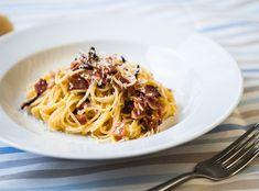 1. Špagety vařte v osolené vodě podle návodu (nebo 8 minut). Po slití si nechte trošku vody stranou. Nakrájejte pancettu.  2. Pancettu nechte... Spaghetti, Ethnic Recipes, Food, Hoods, Meals, Noodle