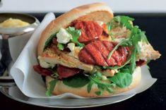 Nejlepší domácí burgery   Apetitonline.cz Chorizo, Salmon Burgers, Feta, Barbecue, Hamburger, Thing 1, Chicken, Ethnic Recipes, Bbq