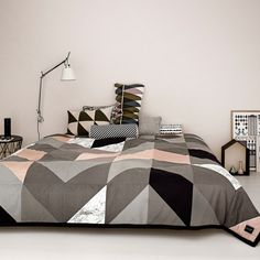 Mit dieser Tagesdecke fällt das Bett machen leichter denn je! Noch mehr Plaids, Bettwäsche, Kissen und Co. findet ihr auf LesMads!