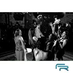 """""""E foi lançada a sorte, ou azar né... Tudo uma questão de ponto de vista !!! Casório bombando com @lequipebanda na pista! Com @regianicelebrar @buffetcidadejardim @martinhacidjardim #feliperezende #clicksdofeliperezende #wedding #weddingphotography #weddingphoto #casamento #fotografiadecasamento #bride #bridestyle #inesquecivelcasamento #yeswedding #vestidadenoiva"""" Photo taken by @feliperezende www.feliperezende.com.br"""