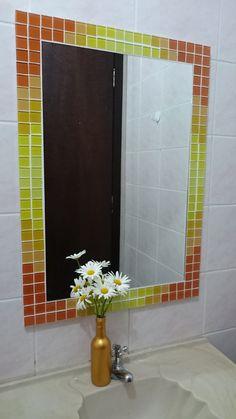 Espelho da linha GELATTI, retangular, com moldura em mosaico de pastilhas de vidro nos tons amarelo, amarelo claro, laranja degradé. moldura: 70 cm x 50 cm. lâmina do espelho: 60cm x 40 cm.