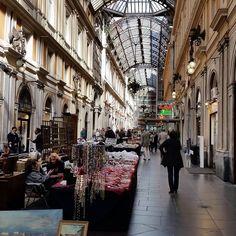 #Genova #galleria Mazzini. Bancarelle con oggetti di antiquariato. La #RivieraDiLevante ricca di storia, arte cultura è facilmente visitabile soggiornando a #DeivaMarina nelle #Baiedellevante tra...