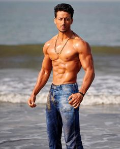 fitness no pain no gain homme musculation muscles thé modèles Bollywood Actors, Bollywood Celebrities, Famous Celebrities, Tiger Shroff Body, Reverse Curls, Chico Fitness, Men's Fitness, Muscle Fitness, Beauty