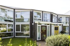 A span house designed by Eric Lyons in Templemere, Weybridge.