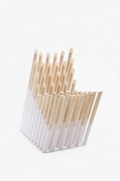 Spike Chair. ALEXANDER LERVIK. Повторяет очертания человеческого тела. Чтобы добиться этого эффекта, дизайнер использовал 60 клиньев тридцати разных длин. Кроме того, вес сидящего равномерно распределяется на 60 точек опоры. В этом же, кстати, один из секретов кровати из гвоздей. #chair #design #spikechair #alexanderlervik