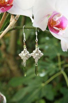 Boucles d'oreilles argentées et vertes, estampe fleur, perles de verre, argent 925 : Boucles d'oreille par marathi-bijoux
