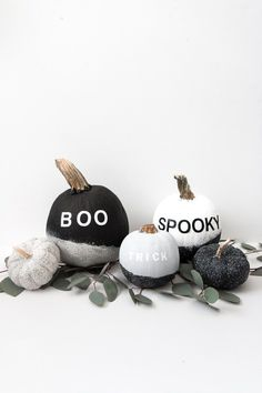 Easy DIY Modern Painted Pumpkins using spray paint and vinyl stickers. I'm going to walk you through how to make these super fun and easy DIY modern painted pumpkins, using a little paint and vinyl stickers. Diy Haloween, Fete Halloween, Halloween Mantel, Halloween Home Decor, Halloween House, Costume Halloween, Holidays Halloween, Halloween Treats, Halloween Pumpkins