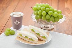 秋の果物を使ったサンドイッチ、「シャインマスカットのサンド」♪一口食べてみたら、マスカットジュースのゼリーも入っていました。ぷるぷる、ジューシーです(^^) http://lawson.eng.mg/c5219