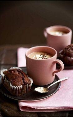 Frühstückskombi: Kaffee und Schoko-Muffin