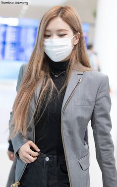See all BLACKPINK Jisoo, Rosé, Lisa Airport photos and videos on September 2018 at Incheon International Airport back from New York Kim Jennie, South Korean Girls, Korean Girl Groups, Airport Photos, Mask Girl, Rose Park, Park Chaeyoung, Blackpink Jisoo, Kpop Outfits