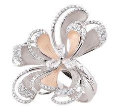 Очаровательное кольцо из золота с бриллиантами. Красивая форма напоминает сказочный цветок. Это роскошное украшение в стиле luxury. Прекрасный выбор для вечернего образа. Купить золотое кольцо с бриллиантами – приобрести украшение, которого вы достойны.