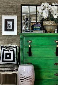 Comoda verde y borlones negros de seda. Impactante