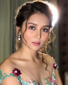 Damn gurl, you know how to kill my self-esteem. Filipina Actress, Filipina Beauty, Kathryn Bernardo Hairstyle, Ball Makeup, Daniel Padilla, Prom Looks, Beautiful Asian Women, Ulzzang Girl, Prom Hair