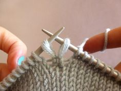 Петли для пуговиц The smallest possible buttonhole you can make in knitting is only one stitch wide, and one stitch tall. The classic eyelet buttonhole is simply yo, It leaves a one stitch hole in your fabric… Knitting Help, Knitting Stiches, Knitting Yarn, Crochet Stitches, Hand Knitting, Knitting Patterns, Crochet Patterns, How To Purl Knit, Knit Or Crochet