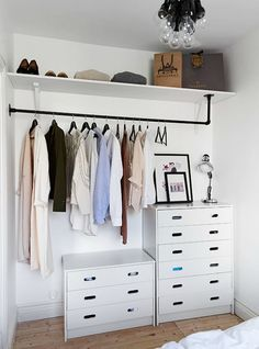 7 Ideas to transform a spare room into a closet (Daily Dream Decor) Too many clothes and not enough space in your bedroom? Well, it' time to think about a spare room. A pantry, a hallway, or another extra bedroom can. Closets Pequenos, Creative Closets, No Closet Solutions, Small Space Solutions, Wardrobe Solutions, Dream Decor, Home Bedroom, Bedroom Ideas, No Closet Bedroom