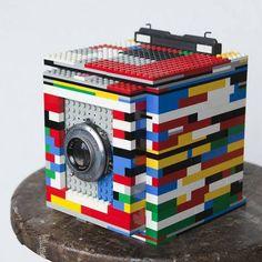 Cary Norton es un fotógrafo al que le gustan los LEGOs y hace unos años atrás diseño una cámara retro 4×5 con la ayuda del software gratuito LEGO builder App.    Claro que además de utilizar las piezas de lego tuvo que usar un lente de 127mm ƒ4.7  que le costo aproximadamente 40 dólares.