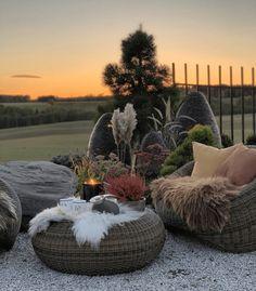 La imagen puede contener: cielo y exterior Outdoor Furniture Sets, Outdoor Decor, Different Textures, Warm And Cozy, Pergola, Exterior, House Design, Flowers, Plants