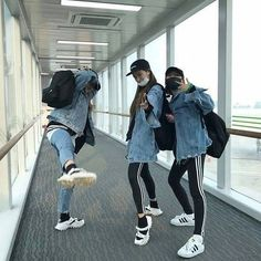 Find images and videos about friends, korean and ulzzang on We Heart It - the app to get lost in what you love. Ulzzang Girl Fashion, Style Ulzzang, Ulzzang Korean Girl, Ulzzang Couple, Bff Goals, Best Friend Goals, Squad Goals, Grunge Style, Soft Grunge
