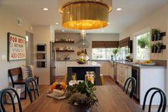 Mutfaklarımız gün içinde sık sık ziyaret ettiğimiz çalıma alanlarımızdır. Günümüzde bu algı modern ve kolay yaşam anlayışıyla açık mutfak olarak da yaşam alanlarımızın içinde yer almakta. Açık mutfak anlayışıyla daha ferah ve göze hitap eden bir tasarım yakalanmaktadır.  Mutfaklarda bar sandalyes...