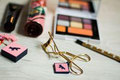 Very chic christmas collab: Shu Uemura x Kitsuné: l'huile démaquillante Ultime 8, les crayons eye-liner, la palette Plume, un recourbe-cils en plaqué or, la base de teint illuminatrice Glow Creator.  #beauty #makeup #brush #pop #cleansingoil #eyeliner #palette #beautiful #collection #gold #goldplated #eyeshadow #blush #colour