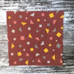 Musterdesign geomtrische Formen sonniges gelb, dunkles grau, greige, auf bordeaux rotem Hintergrund, Dreiecke, Quadrate, Sterne, Terrazzo-, Konfetti-Stil, nahtloses Musterdesign multidirektional auf Baumwollstoff - tolles Muster für Accessoires zum Kombinieren oder auch für charmante Blusen und Oberteile, finde unterschiedliche Stoffqualitäten mit diesem Design für dein nächstes Näh-Projekt in meinem Spoonflower-Shop