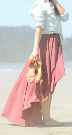 Give the traditional circle skirt a dramatic twist with this sewing project that has us dreaming of summer. This Easy Fishtail DIY Circle Skirt is a simple sewing project that combines the newest fashion trends with breezy bohemian style. Diy Circle Skirt, Circle Skirt Tutorial, Fashion Sewing, Diy Fashion, Fashion Trends, Kimono Tutorial, Clothing Patterns, Vestidos, Groomsmen
