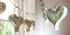 Solo con tiras de cordel y un papel, el blog sueco de Pysselbolaget nos enseña como hacer una guirnalda sencilla y bonita para decorar cualquier rincón. Algunos modelos que siguen este diseño los encontramos en Bookity o en Wedding Chicks.