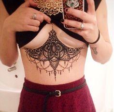 17 photos de tatouages sous les seins, la nouvelle mode chez les femmes
