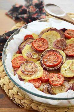 Patate e cipolle al forno con pomodori e pecorino - Ricetta Patate e cipolle al forno.