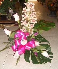 Centro de Orquídea Cimbidium, Rosas, Tulipanes,flor de cera y hojas de mostera.