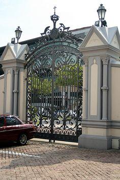 CHIJMES, gates : close-up