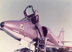 David contra Goliat en Malvinas: la hazaña de los pilotos que hundieron al poderoso Coventry y averiaron una fragata inglesa - Infobae Coventry, Fighter Jets, Aircraft, David, War, Modern, Shooting Guard, Pilots, Planes