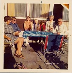 Laura Ragnhof, 55, København V.  Min 13 års fødselsdag, men familien på terassen i rækkehuset. Mormor og morfar, moster og onkel, mig min lillesøster og en pige fra vejen (1974).