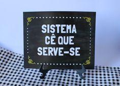 Plaquinha de mesa divertida sinalizando aos seus convidados que eles próprios devem se servir. Impressa em papel de 300 de gramatura com suporte de plástico para ser utilizada como parte da decoração.
