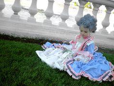 Lorsque j'étais fillette, Maman m'avait confectionné un costume analogue à celui-ci. Je me souviens combien je m'étais sentie grande et importante, revêtue de cette magnifique robe!  Cette année-là, je n'avais pu sortir pour «courir» l'Halloween, parce que j'étais malade (mais non contagieuse).  Aussi avais-je accueilli tous les autres enfants comme Marie-Antoinette aurait accueilli sa cour!  C'est un des plus beaux souvenirs de mon enfance...  Inoubliable!