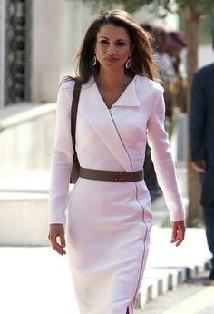 La Reina Rania de Jordania White Business Dress, Business Dresses, Jackie Kennedy, Grace Kelly, Pretty Outfits, Chic Outfits, Semi Formal Attire, Executive Woman, Queen Rania