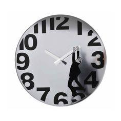 Reloj de pared metálico con un hombrecillo colgando, que irá moviéndose a la vez que las agujas van cambiando de posición.