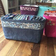 Uma cesta de tecido para guardar nossos preciosos tecidos, bem organizadinhos de acordo com as cores, estampas, etc….etc….. Achei lindas as cestinhas, uma ideia bem bacana e para quem…