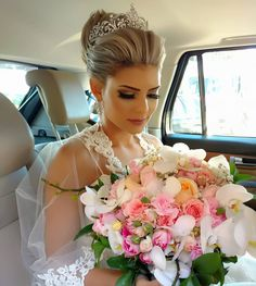 Hairstyles Wedding Updo Flower 17 Ideas For 2019 Short Wedding Hair, Wedding Updo, Chic Wedding, Wedding Heels, French Twist Updo, Vintage Updo, Hair Up Styles, Applique Wedding Dress, Bridal Hair And Makeup