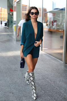 Emily Ratajkowski goes braless in plunging teal blazer and shorts combo during Milan Fashion Week Heels Outfits, Casual Skirt Outfits, Boot Outfits, Kendall, Summer Boots Outfit, Outfit Winter, Snake Print Boots, Snake Boots, Bota Over