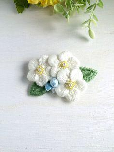 お花と実の刺繍ブローチ  ホワイト