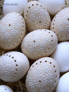 . . .pudrované  smetanová slepičí kraslice, velikosti XL,MADEIROVÁ, malována bílým voskem. Všechny kraslice jsou řádně vysavovány , tudiž odstraněné nečistoty a vnitřní blanka, tím zaručuji bělost každého vajíčka a především dlouhodobost. Cena za 1 kus. Kolik kraslic chcete objednat, tolikrát vložte do košíku.  zasílám jako cenný balík + křehké !