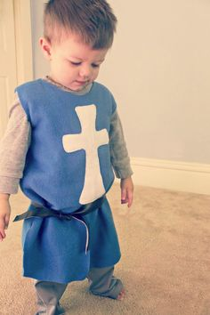 DIY Knight's Tunic In honor of a little man's birthday, happy birthday Gordon! It only seems right to have a boy-centric tutorial. Not to say there can't be awesome girl knights too. Jennifer from Eat. Costume Garçon, Boy Costumes, Diy Knight Costume, Diy Kids Costumes, Costume Ideas, Halloween Meninas, Costume Chevalier, Costumes Faciles, Best Diy Halloween Costumes